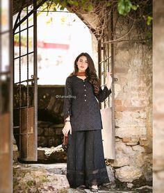 New Image : Pakistani fashion casual Simple Pakistani Dresses, Pakistani Fashion Casual, Pakistani Dress Design, Pakistani Outfits, Indian Outfits, Stylish Dresses For Girls, Simple Dresses, Casual Dresses, Beautiful Dresses