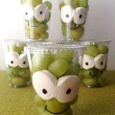 Kindertraktaties met fruit. Druiven en marshmallows.