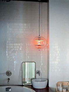 carrelage blanc brillant, rondes vasques blanches et lampe ronde en verre