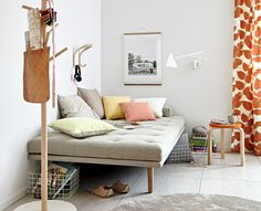Auf der ein Meter breiten Liege können auch mal zwei übernachten. Das leichtfüßige Möbel fügt sich perfekt in die luftig-helle Atmosphäre des Hauses.