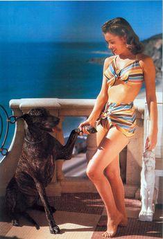 Norma Jeane en bikini rayé en 1946sur une plage en Californie >> Photographies de Joe Jasgur   ...