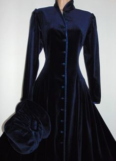 Laura-ashley-vintage-victorian-edwardian-russe-midnight-velvet-coat-robe-12 Laura Ashley Clothing, Laura Ashley Fashion, Ashley Clothes, Pretty Outfits, Beautiful Outfits, Coat Dress, Dress Up, Mode Russe, Style Russe
