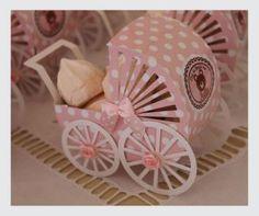 Carrinho de Bebê feito em papel com suspiros rosa dentro... foi um sucesso na decoração da mesa.