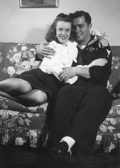 42 Vintage Snapshots That Show What Couples Wore in the ~ vintage everyday - vintage photos - Vintage Couples, Vintage Love, Vintage Beauty, Vintage Photographs, Vintage Photos, Old Fashioned Love, 1940s Woman, Military Couples, Amor