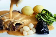 Det här är en bonnigare variant av den klassiska söndagsrätten slottsstek. Receptet fungerar lika bra med oxkött som med älgkött. Godast blir det om köttet får steka riktigt länge så att det nästan trillar sönder. Använd helst kalvfond, men det går också bra med skyn som blir av steken. Servera med kokt potatis, syltlök, gelé och pressgurka. Kanske det godaste som finns!