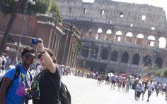 Repubblica Roma è anche su   Facebook   e su   Twitter        La completa pedonalizzazione di via dei Fori Imperiali voluta dal Campidoglio per il ponte di Ferragosto è al suo secondo giorno. Solo pedoni, biciclette e qualche botticella tra piazza Venezia e il Colosseo. Il diviet