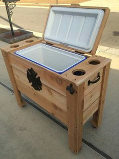 Ideas for Pallet DIY Projects This is an awesome rustic pallet cooler for your house and one of the best… Deck Cooler, Wood Cooler, Pallet Cooler, Cooler Stand, Outdoor Cooler, Cooler Box, Outdoor Pallet Projects, Wood Projects, Woodworking Projects