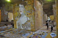 Exposição na França projeta obras de arte na superfície de rochas
