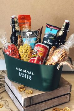 Diy Birthday Gifts For Friends, Diy Gifts For Dad, Birthday Gift Baskets, Diy Holiday Gifts, Homemade Gifts, Creative Gifts For Boyfriend, Boyfriend Gifts, Wine Gift Baskets, Diy Boyfriend Gifts