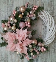 Decoration Evenementielle, Decoration Christmas, Christmas Wreaths To Make, Holiday Wreaths, Simple Christmas, Elegant Christmas, Diy Christmas Door Decorations, Winter Wreaths, Christmas Flowers