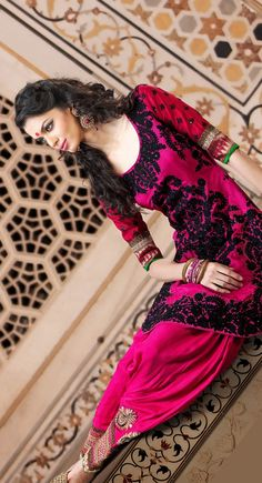Love the colour and the bottom of the salwar pants! Cuffs are beautiful. Punjabi Fashion, Bollywood Fashion, Asian Fashion, Pakistani Outfits, Indian Outfits, Salwar Kameez, Patiala, Salwar Pants, Desi Clothes