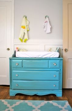 Words can't describe how much i am in LOVE with this DIY Baby Changing table!!!