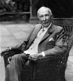ANÉCDOTAS John D. Rockefeller con  las propinas Rockefeller, bastante parco en propinas, fue interpelado por el maître de un restaurante:  - Señor Rockefeller, si yo fuera millonario como usted, no ahorraría en propinas.  - Le agradezco la información, pero si yo no hubiese ahorrado en propinas y en otras muchas cosas más, ahora no sería millonario.