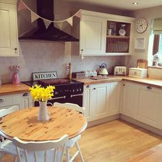 Kitchen Design Ideas and Layout – Home Decor Do It Yourself Shabby Chic Kitchen, Country Kitchen, New Kitchen, Kitchen Dining, Kitchen Decor, Kitchen Ideas, Cosy Kitchen, Cottage Kitchens, Home Kitchens