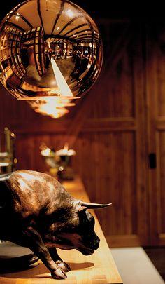 Mooi kijkje op Mereveld via de nieuwe verlichting. Koper en brons kleuren goed bij de stoere bar. Bruid en bruidegom, jullie zijn welkom! #Mereveld Utrecht in TOP 5 populairste trouwlocaties van Nederland!