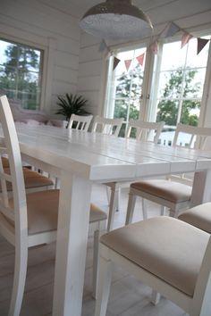 Suuri ruokapöytä valkoisiksi maalatuista lankuista. Hmmm, miksipä ei juuri joku tällainen!
