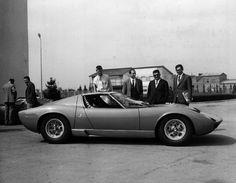 Bob Wallace (piloto de pruebas desde 1964) Paolo Stanzani(Gerente Gral. desde 1962 y luego Ingeniero en jefe desde 1968 hasta 1975, Ferruccio Lamborghini y Gianpaolo Dallara(ingeniero en jefe de 1962 a 1968)