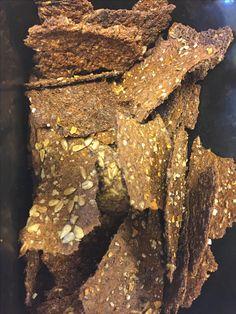 Her får du opskriften på de lækreste knækbrød som er lavet af rugbrøds rester. Så slut med at smide gammel rugbrød ud, det bliver til de lækreste knækbrød. 400 g. Rugbrøds rester 4-5 dl. Vand 1 spsk. Olie lidt salt Skær rugbrødet i tern og kom det i en gryde med vand, olie og salt.…