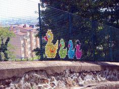 Creative-Street-Art-Cross-Stitch-Murals-on-Fences-6_1.jpg
