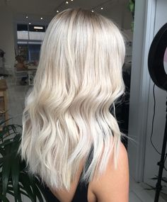 These brown blonde balayage really are beautiful. Blonde Hair Looks, Brown Blonde Hair, Platinum Blonde Hair, Super Blonde Hair, Baby Blonde Hair, Wavy Hair, Hair Color Guide, Hair Colour, Balayage Ombré