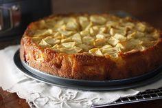 A francia almatortához többféle recept van forgalomban. David Lebovitz párizsi mestercukrász így készíti. Hozzávalók 23 centi átmérőjű kapcsos tortaformához 110 g liszt 3/4 teáskanál sütőpor csipetnyi só 4 nagy alma (több fajtát is használhatunk) 2 nagy szobahőmérsékletű tojás 150 g cukor 3 evőkanál rum (vagy rumaroma) 1/2 teáskanál vanília kivonat 115 g vaj (olvasszuk meg és hűtsük szobahőmérsékletre) Elkészítés Melegítsük elő a sütőt 180 °C-ra. Vajazzuk ki a sütőformát. Egy kis tálban…