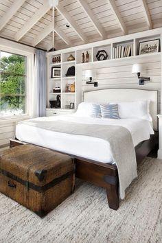Mõnus voodi, kirst, riiulid ja värvid.