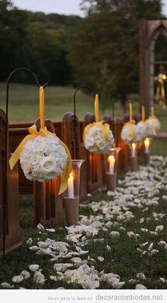 http://decoracionbodas.net/wp-content/uploads/2013/07/decoracion-boda-jardin-asientos-camino-altar-pompones-flores-velas.jpg