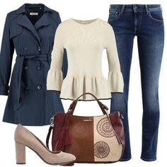 Jeans a sigaretta, alla caviglia, delizioso maglione che evidenzia il punto vita con morbido volant, trench blu scuro, décolleté con tacco largo e borsa a mano Desigual in fantasia multicolore. Comode e trendy.
