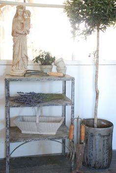 Metal bookshelf of Jeanne d'Arc Living - Metalen boekenrek, staat goed in brocante, maar ook in industriële woonstijl