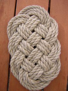 La baderne est un noeud typiquement marin, qui servait de paillasson à l'entrée de la chambre du commandant. Ce n'est pas un noeud très dur à réaliser, vous comprendrez assez rapidement, mais il est très difficile à serrer et à mettre en place. Commencez...