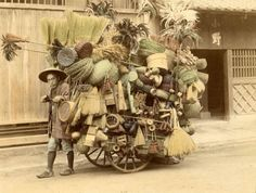 historicaltimes: Japanese peddler selling his wares, 1901 via reddit