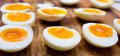 Advertisement È davvero difficile fare a meno delle uova. Nella dieta mediterranea, sono molto comuni. Si usano per primi piatti, dolci, secondi…insomma per tutto! Medici e nutrizionisti, da sempre sono in lotta gli uni contro gli altri, per stabilire o meno se l'uovo è buono per l'uomo o è dannoso. C'è chi sostiene che sia dannoso in quanto aumenta il colesterolo cattivo, ma in realtà di recente, si è scoperto che non c'era nessuna ragione scientifica che collegasse le due cose. In tanti…