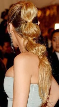Do you still remember the sectioned ponytail that Gossip Girl Blake Lively wears for her red carpet look? The hair on her looks playful and ultra-pretty. We can't wait to recreate her look for. Blake Lively Ponytail, Blake Lively Hair, Gossip Girl, Latest Hairstyles, Ponytail Hairstyles, Cool Hairstyles, Fun Ponytails, Fru Fru, Bella Thorne