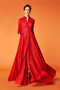 Discover the Collection Red Fashion, Modest Fashion, Fashion Dresses, London Fashion, Fashion Tips, Vestidos Carolina Herrera, Best Street Style, Street Styles, Mode Style
