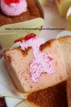 Vivian Pang Kitchen: Strawberry Hokkaido Chiffon Cupcakes/草莓北海道牛奶蛋糕