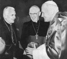 Juan Pablo II saluda al Cardenal Ratzinger, quien después lo sucedería como Benedicto XVI. Observa el Cardenal Jorge Mario Bergoglio, quien a su vez se convirtió en el Papa Francisco, sucediendo a Benedicto XVI.