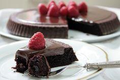 La torta californiana al cioccolato è un dolce ideale per gli amanti del cioccolato. Una vera coccola per il palato. Ecco la ricetta