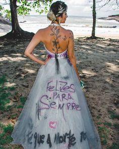 Após traição mulher faz ensaio com vestido de casamento