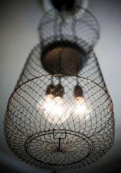 Una lámpara metalica con malla. Una combinaión que crea un mueble vintage.