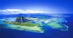 Grzbiet u wybrzeży Mauritiusa wyglądający jak wodospad to nic innego jak piasek zsuwający się z poziomu płaskowyżu w ciemną otchłań oceanu. To właśnie jego jasny kolor wywołuje wrażenie spienionych kaskad.