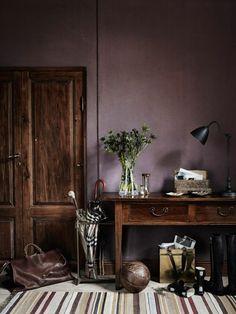 joli salon avec mur violet, couleur prune pour le salon chic, tapis aux rayures