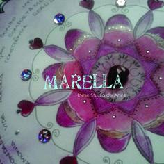 Mandala em aquarela vermelha e magenta. Cristal no centro. Diâmetro médio de 25cm.  Moldura branca padrão.