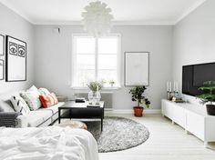 salon avec sol en planchers beiges, murs gris, plafond blanc
