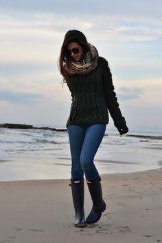 Schwarzer Pulli, blaue Jeans, schwarze Stiefel und schal