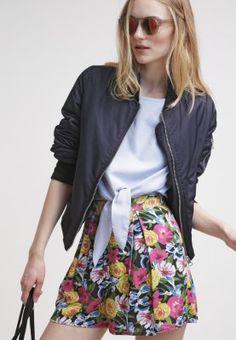 Short mit Blümchenmuster - Auffällige Short in Schwarz mit Blümchenmuster von Even&Odd. Diese Short ist ein wahrer Hingucker und wird am besten mit einem schlichten weißen T-shirt kombiniert. - ab 19,95 €