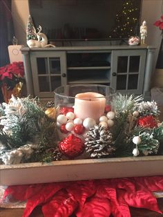 Christmas coffee table decor Christmas Decorations For The Home, Christmas Table Settings, Christmas Centerpieces, Xmas Decorations, Holiday Decor, Christmas Coffee, Christmas Diy, Christmas Wreaths, Decorating Coffee Tables
