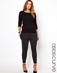 Pantalones lunares, camibuso de color para contrastar entre los puntos