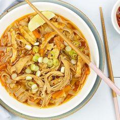 NIEUW! Deze Aziatische noedelsoep met kip is echt een van Asian Recipes, Healthy Recipes, Ethnic Recipes, A Food, Food And Drink, Noodle Soup, Good Mood, Soups And Stews, Japchae