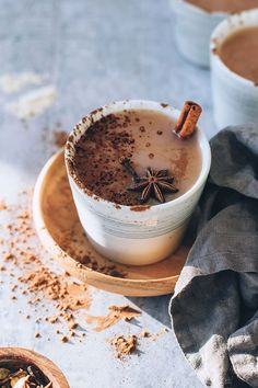 Super easy chai latte with adaptogens, caffeine-free - - For Women Only Coffee Photography, Food Photography, High Calorie Diet, Coconut Oil Weight Loss, How To Eat Less, Kakao, Weight Loss Smoothies, Stuffed Hot Peppers, Coffee Drinks