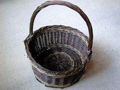 C23: Large round shopping basket.